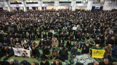 Iraníes oran tras el asesinato de Qasem Soleimani en medio de un atentado en el aeropuerto de Baghdad.