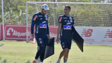 Sebastián Viera dialoga con Teófilo Gutiérrez en el segundo día de entrenamientos en Adelita de Char.