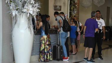 Turistas y huéspedes durante registro en la recepción de un hotel del norte de Barranquilla.