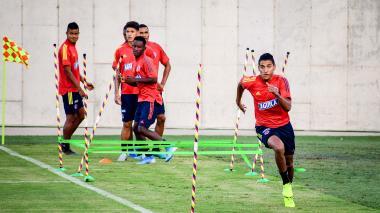 Gabriel Fuentes durante un entrenamiento en el estadio Romelio Martínez. Atrás observan Sandoval, Jorge Carrascal e Iván Angulo.