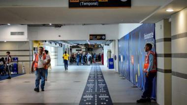 La zona demarcada (temporalmente) conduce  a la zona de equipaje.