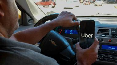 Conductor de Uber con la aplicación abierta en su teléfono móvil.