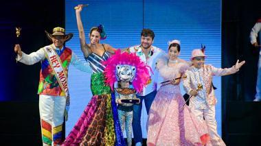 La Reina del Carnaval, Isabella Chams, acompañada por el Rey Momo, los Reyes Infantiles y el alcalde Jaime Pumarejo.