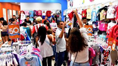 Compradores en un almacén de ropa ubicado en un centro comercial de Barranquilla.