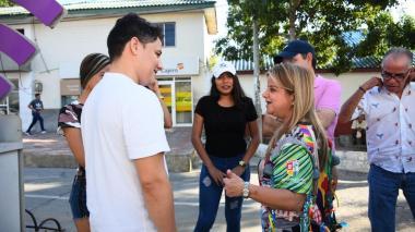 La gobernadora Elsa Noguera dialoga con varios estudiantes de la Universidad del Atlántico.