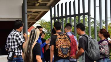 Estudiantes debaten el reinicio de clases en UA