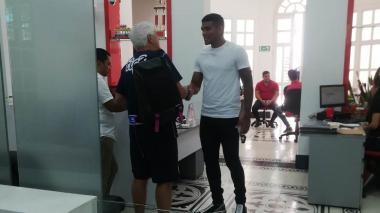 El técnico Julio Comesaña le estrecha la mano al DT cartagenero, para luego darle un cálido abrazo de despedida.