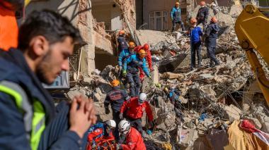 Los socorristas trabajan entre los escombros de un edificio después de un terremoto en Elazig, este de Turquía, el 25 de enero de 2020