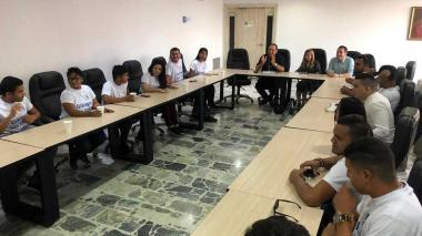 La gobernadora Noguera conversa con un grupo de estudiantes que exige el pronto regreso a clases.