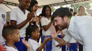 El alcalde Barranquilla Jaime Pumarejo le da la bienvenida a los estudiantes en su regreso a clases.