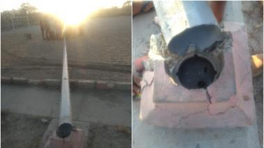 El poste no soportó las fuertes brisas y se derribó en una de las canchas del barrio.