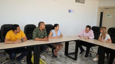 La gobernadora Elsa Noguera, el secretario Privado, Guillermo Polo, y varios de los estudiantes cuando este miércoles daban las últimas pinceladas al acuerdo.