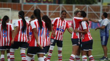 Jugadoras de las Tiburonas disputan un partido en el estadio Romelio Martínez.