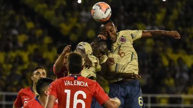 Cetré y Balanta fueron en busca de esta pelota aérea.