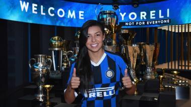 La colombiana Yoreli Rincón posa con los trofeos del Inter de Milán.