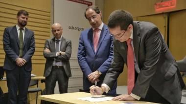 El mincomercio, José Manuel Restrepo, y el director de la Banca de las Oportunidades, Freddy Castro, firman el convenio del nuevo programa.