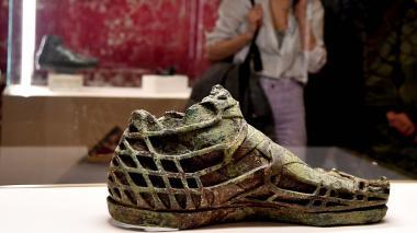 Escultura de una forma de zapato de las antiguas civilizaciones.