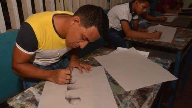 Un joven realiza un dibujo en sus clases en la EDA.