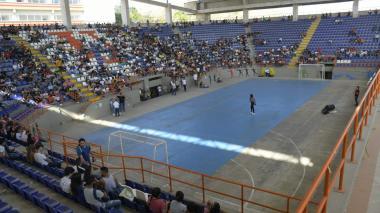En el coliseo Chelo De Castro se reunió la asamblea. Asistieron pocos estudiantes.