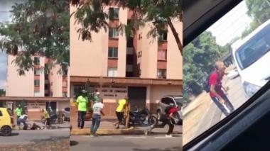 Momento en que Andrés Carvajal Escobar es atacado a puñal por hinchas del Deportivo Cali.