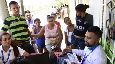 Un funcionario de Electricaribe atiende a varios de los usuarios en Nueva Ilusión.