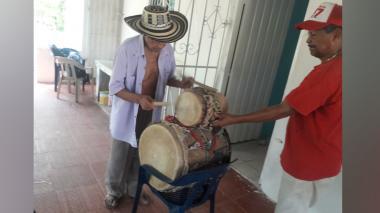 Catalino Parra tocando la tambora.