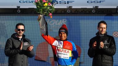 El ciclista colombiano Nairo Quintana en el podio de ganadores.