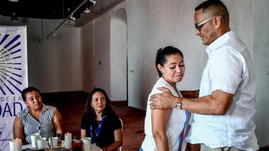 Tras 20 años de la masacre, Yirley Velasco (izq.) y Carmen Fontalvo (de pie) se reunieron por primera vez con el exparamiltar Uber Banquez, alias Juancho Dique.