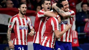 Saúl Níguez recibiendo la entusiasta felicitación de sus compañeros tras anotar el gol.