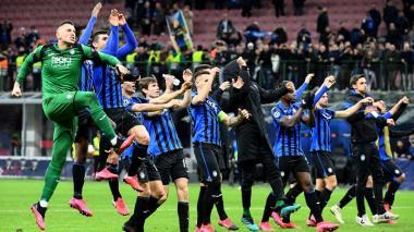 Los jugadores del Atalanta celebrando la holgada victoria ante Valencia.