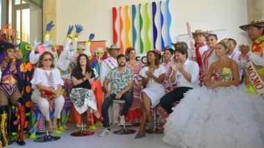De izquierda a derecha: Carla Celia, Raquel Garavito, Jaime Pumarejo, Carmen Vásquez Camacho, Felipe Buitrado y la reina Isabella Chams.