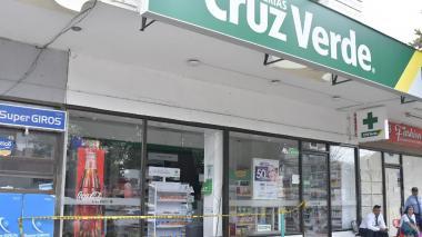 Vista de como quedó la el vidrio frontal de la farmacia Cruz Verde, en la calle 72 con carrera  53 .