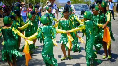 Niños de la comparsa 'Cotorros de Villa Olímpica' bailando durante la Gran Parada Infantil e Incluyente de la urbanización.