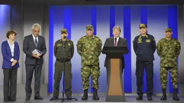 El mindefensa, Carlos H. Trujillo, hace el anuncio en compañía del minambiente, la directora de Parques Nacionales y las Fuerzas Militares.