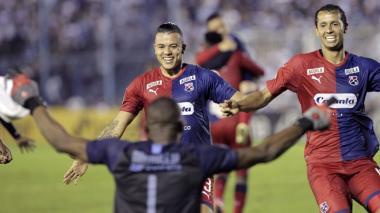 Leonardo Castro y Andrés Ricaurte festejan con Mosquera el paso a la fase de grupos de la Copa Libertadores.