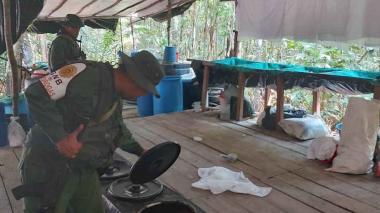 Guardia venezolana durante inspecciones del laboratorio de coca.