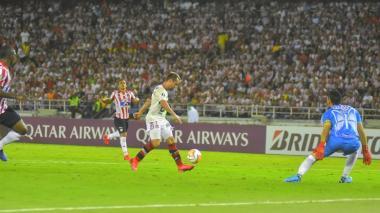 Everton Ribeiro. autor de los dos tantos ante el Junior.