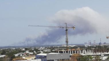 La columna de humo afectó varios barrios .