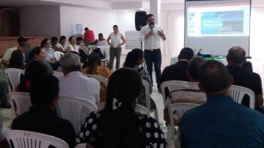 Aspecto del taller sobre industria petrolera y sector minero energético en Sabanalarga con presencia de comunidades, empresas y del gobierno.