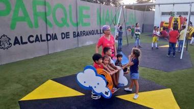Varios niños juegan en uno de los parques que se entregaron en Las Malvinas el pasado mes de diciembre.