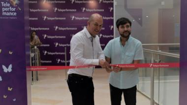 El presidente de Teleperformance para Colombia, Guyana y Perú, Andrés Bernal y el alcalde de Barranquilla, Jaime Pumarejo, cortan la cinta de apertura.