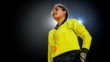 El silbato de Liduis rompe tabúes en el fútbol