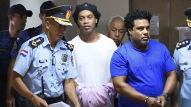 El brasileño Ronaldinho se tapó las esposas que le colocaron en la Fiscalía de Asunción.
