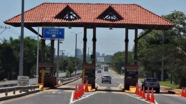 Vehículos cruzan el peaje de Papiros, en la Vía al Mar, uno de los accesos a Barranquilla.