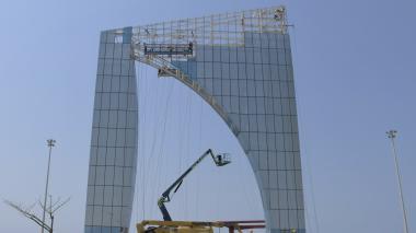 La Ventana de Campeones se levanta en la rotonda que conecta con el puente levadizo en el Malecón del Río.