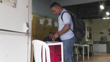 Uno de los empleados afiliados a Sintracarbón ejerciendo su derecho al voto en Cerrejón.