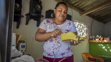 María Varela muestra uno de sus productos.