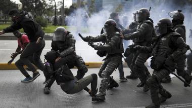 Personal del Esmad detiene a un manifestante durante el paro nacional en Bogotá. PA