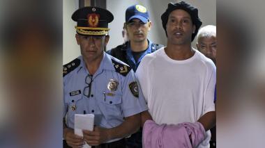 Juez decide mantener a Ronaldinho en prisión