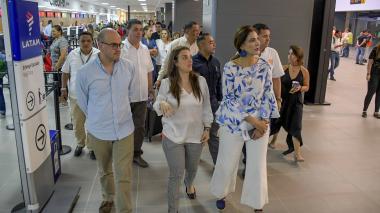 La ministra Orozco junto a la consejera para las Regiones, Karen Abudinen, y el presidente de la ANI, Manuel Felipe González, durante el recorrido.
